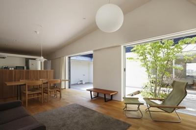 草津のコートハウス (中庭と一体化したLDK)