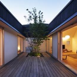 草津のコートハウス (中心となる中庭)
