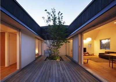 中心となる中庭 (草津のコートハウス)