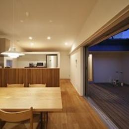 草津のコートハウス (ダイニングキッチン-夕景)