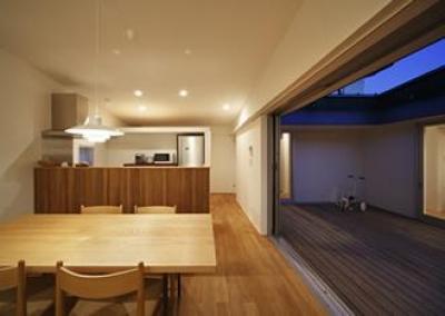 ダイニングキッチン-夕景 (草津のコートハウス)