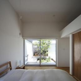 草津のコートハウス (中庭に面したベッドルーム)
