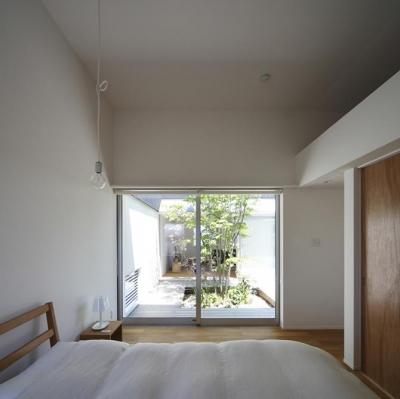 中庭に面したベッドルーム (草津のコートハウス)