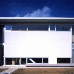 白い外観(撮影:Shinkenchiku-sha) (おおつ野の家)