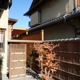 嵯峨の家/半屋外のテラスと一体化したリビング・ダイニングのリノベーション (テラスへの入り口となる前庭と竹垣)
