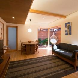 嵯峨の家/半屋外のテラスと一体化したリビング・ダイニングのリノベーション (自然素材で仕上げたリビングとそれを取り囲むアウトドアリビング)