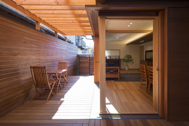 嵯峨の家-1 (リビングと一繋がりのテラス2(撮影:母倉知樹))