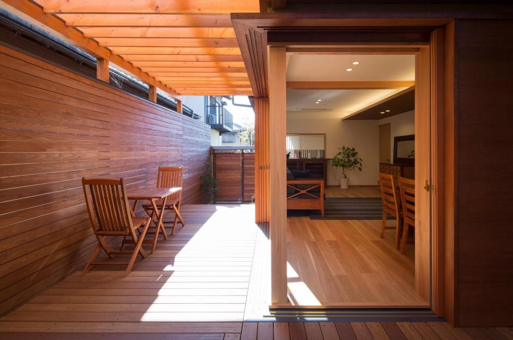 奥野八十八「嵯峨の家/半屋外のテラスと一体化したリビング・ダイニングのリノベーション」