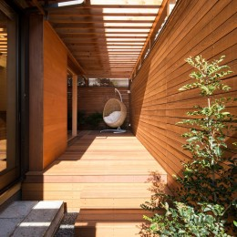 嵯峨の家/半屋外のテラスと一体化したリビング・ダイニングのリノベーション (読書用のハンギングチェア)