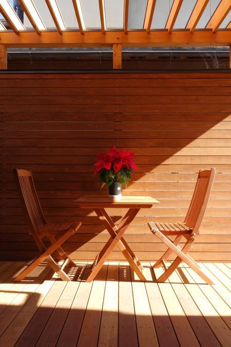 嵯峨の家-1の部屋 テラス用テーブル(撮影:母倉知樹)