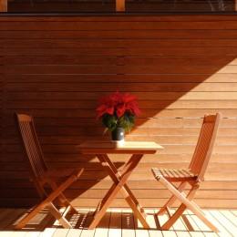 嵯峨の家/半屋外のテラスと一体化したリビング・ダイニングのリノベーション-テラスの雰囲気に合わせて設えたアウトドア用のテーブルとチェア