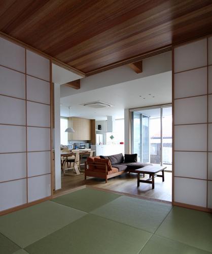 宇ノ気町の家の部屋 和室からリビングを見る