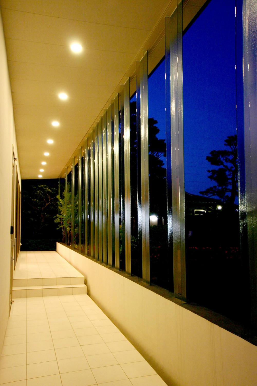 T-House <ガラスルーバーの家> (玄関アプローチ-夜景)