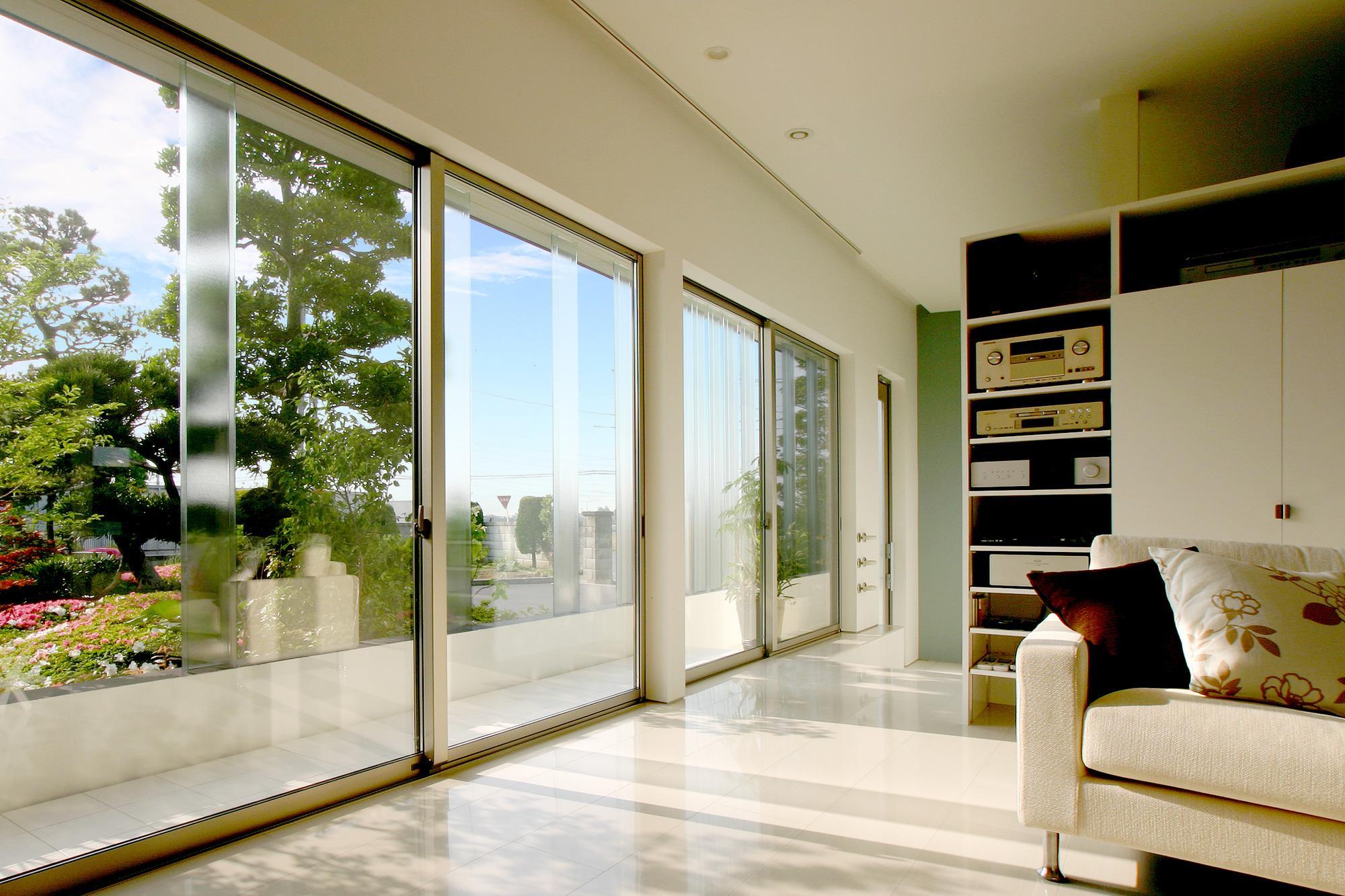 T-House <ガラスルーバーの家>の部屋 明るいリビング