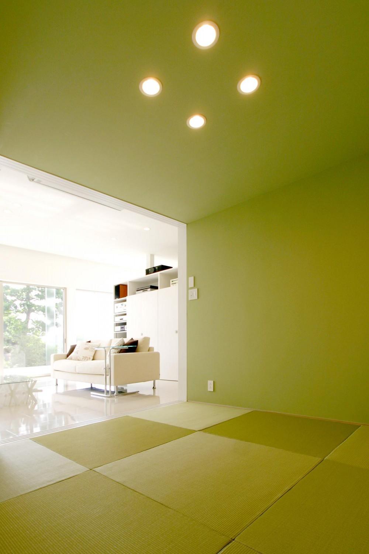 T-House <ガラスルーバーの家> (畳スペースからリビングを見る2)
