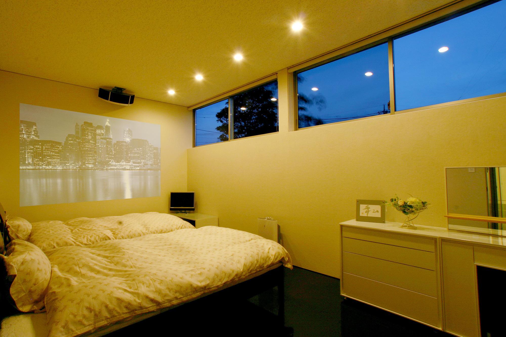 T-House <ガラスルーバーの家>の部屋 プロジェクターのあるベッドルーム