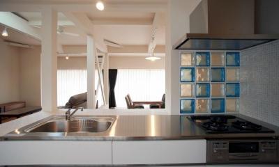 キッチンからリビングを見る|N's residence