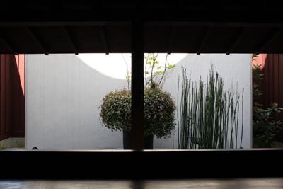 ギャラリーYuiの部屋 ギャラリー内部から庭を見る