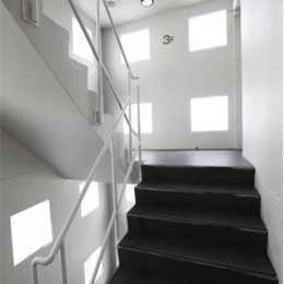 箕面のマンション (モノトーンの階段)