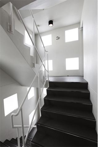 箕面のマンションの部屋 モノトーンの階段