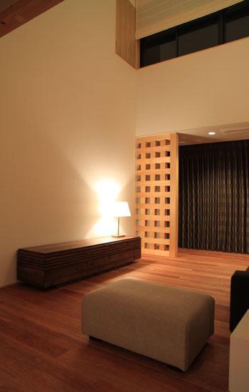 八神の家の部屋 リビング-夜も心地よい空間