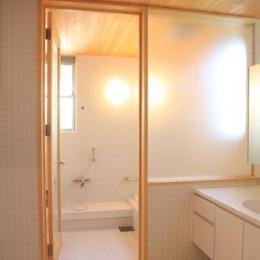 八神の家 (白タイルの浴室)