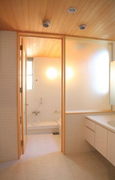 白タイルの浴室 (八神の家)