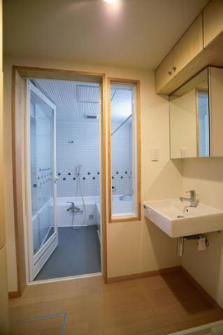 光と風の家の部屋 1階洗面と浴室(撮影:川北晋夢)