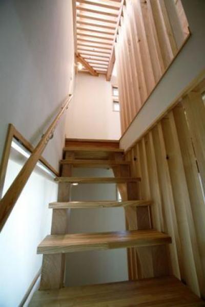 2階から3階に上がる階段(撮影:川北晋夢) (光と風の家)