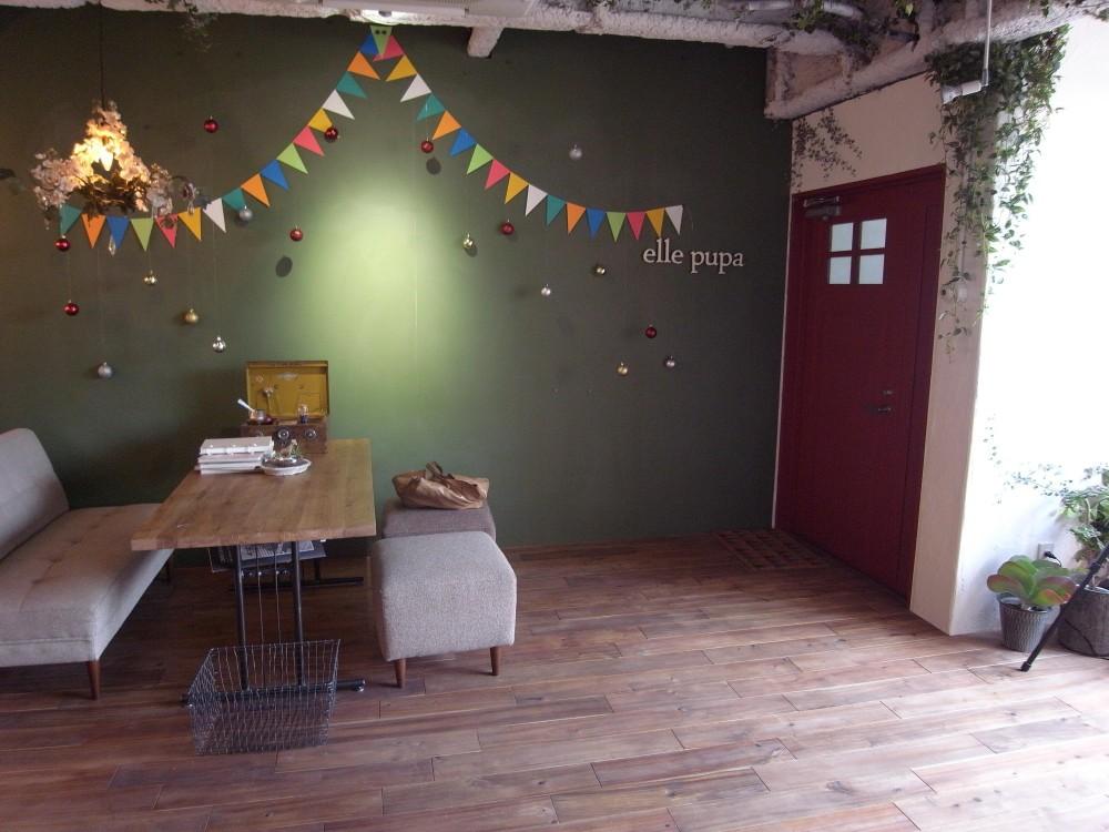 店舗・オフィスに使用されている無垢フローリング、積層フローリングの施工事例 (アカシア乱尺)