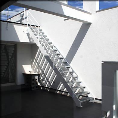 大徳寺の家 (2階テラスに上がる階段)
