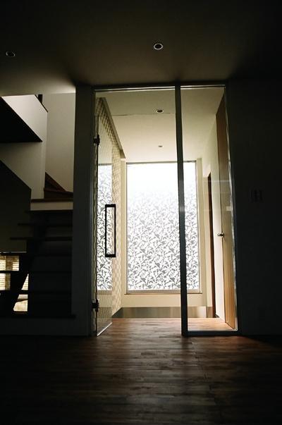 アタタカナシンプルナ (光を取り入れる玄関)