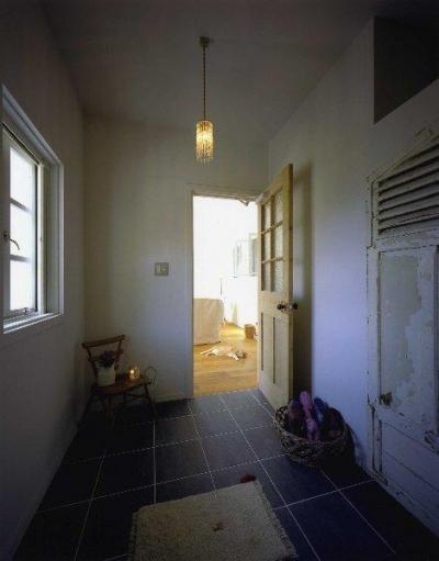 玄関からリビングへ (住宅作品2)