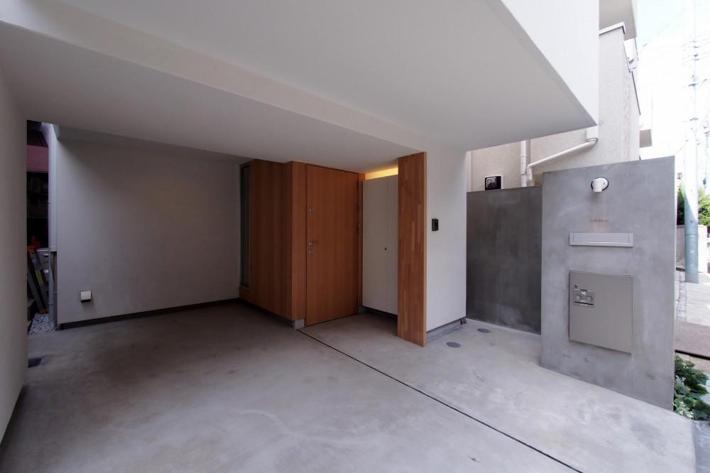 スキップフロアがつくる快適空間 (白金の家) (ポーチ・駐車場)