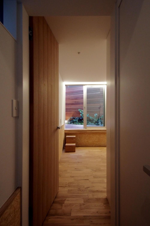 スキップフロアがつくる快適空間 (白金の家) (1階寝室)