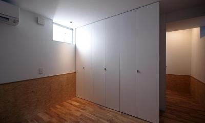 スキップフロアがつくる快適空間 (白金の家) (主寝室)