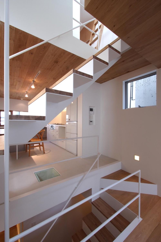 スキップフロアがつくる快適空間 (白金の家) (鉄骨階段)