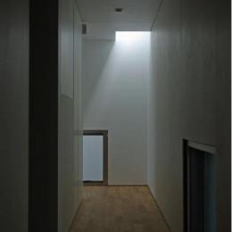 橦木の家 (廊下の先にはトップライト)