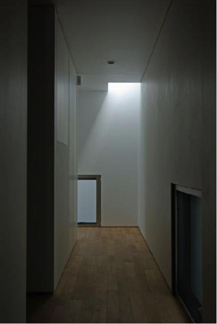 橦木の家の写真 廊下の先にはトップライト
