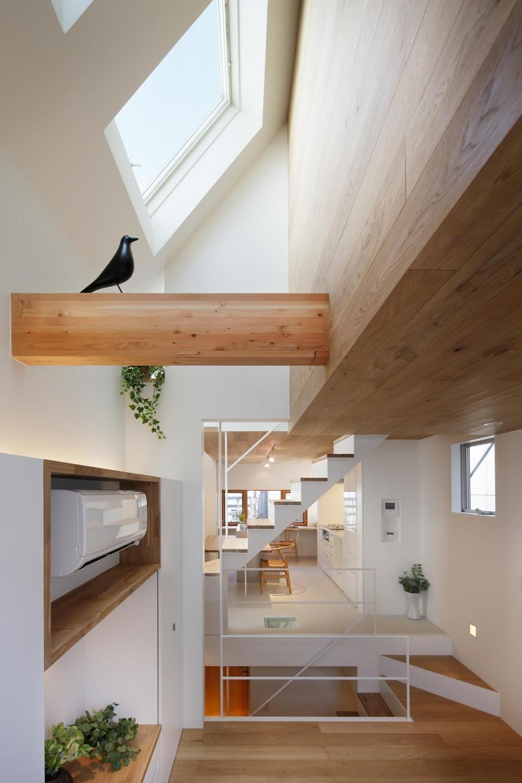 スキップフロアがつくる快適空間 (白金の家) (ダイニング・キッチン ー リビングより見返す)
