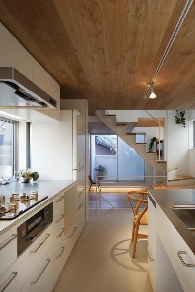 スキップフロアがつくる快適空間 (白金の家) (キッチン)