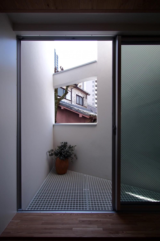 スキップフロアがつくる快適空間 (白金の家) (リギングと連続するバルコニー)