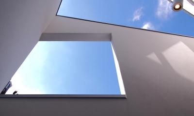 スキップフロアがつくる快適空間 (白金の家) (南側バルコニー見上げ)