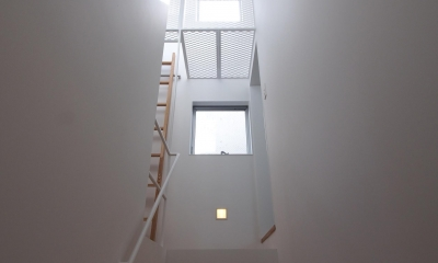 スキップフロアがつくる快適空間 (白金の家) (階段(3階ヘ))