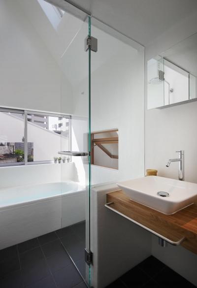 洗面室より浴室を見る。 (スキップフロアがつくる快適空間 (白金の家))