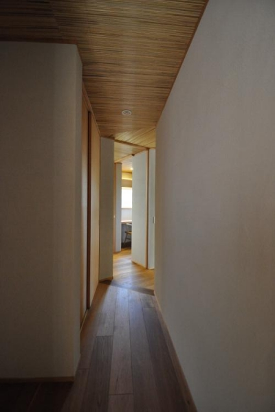 豊田の家 (廊下より家事室を見る)
