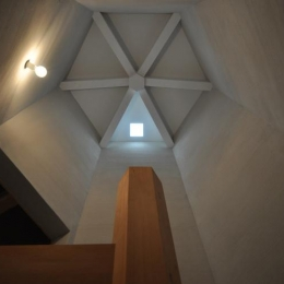 階段室を見上げる (豊田の家)