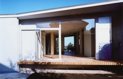 藤沢の家 (テラスからリビングを見る(撮影:Mitsuo Matsuoka))