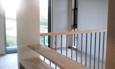 オープンキッチンと本の家 (階段)