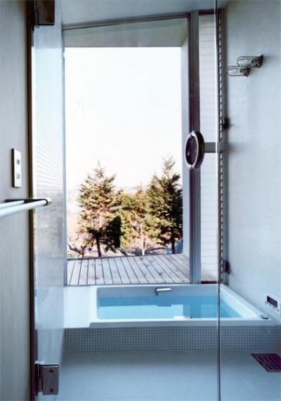 開放感あふれる浴室(撮影:Mitsuo Matsuoka) (藤沢の家)